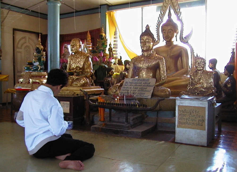 Lek inde i templet på det kontrastfyldte sted